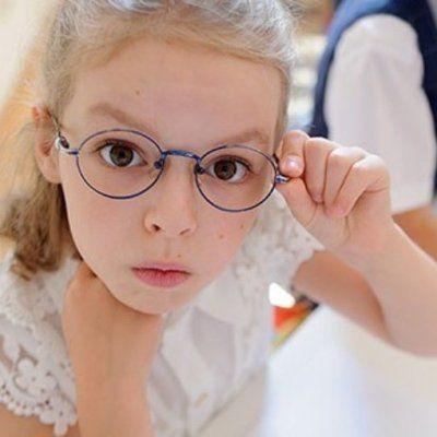 Наклон парты или очки: что вы выберете для своего ребенка?
