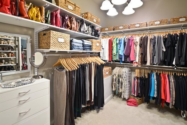 Baskets-conceal-small-items-in-the-closet1[1].jpg